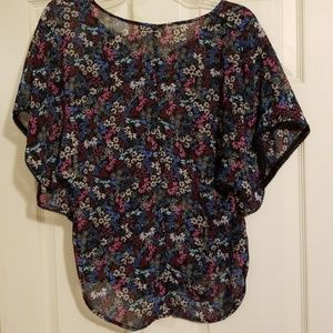Belle Du Jour Tops - Body fitting flowery blouse with flowy sleeves. XL